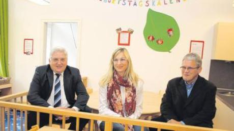 Freude herrschte bei der Einweihung der neuen Kinderkrippe im Kindergarten Sonnenwirbel in Dirlewang (von links): Bürgermeister Alois Mayer, Leiterin Silke Leins und Planer Hermann Schröther.