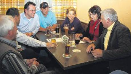 Bürgermeister Alois Mayer (rechts) diskutierte mit Besuchern der Bürgerversammlung in Dirlewang.