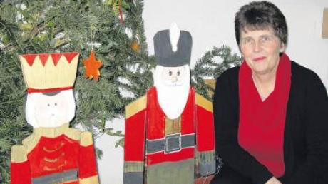 Cäcilie Salger kümmert sich um die Weihnachtsdekoration der Dirlewanger Grundschule.
