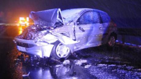 Am Sonntagabend kam eine Frau auf der A96 Höhe Stetten mit ihrem Auto ins Rutschen. Der Wagen hat Totalschaden.