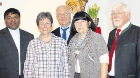 Pater Eleuterio Fernandes, Dekanatsbeauftragte Jutta Maier, Pater Gerd Steinwand, Pfarrgemeinderatsvorsitzende für Dirlewang Ursula Henle sowie Kirchenpfleger und Initiator Max Henle (von links) freuten sich über die gelungene Eröffnung der Glaubenstage.