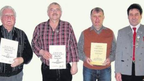 """Traditionell wurden von Schützenmeister Wolfgang Sailer (rechts) bei der Jahresversammlung des Schützenvereins """"Thannegk"""" Eppishausen langjährige Mitglieder geehrt. Seit 60 Jahren ist Josef Trautwein (von links) dabei, auf 40 Jahre bringen es Georg Böck (Haselbach) und Erich Smetana (Aichen). In Abwesenheit wurden Erwin Purr und Gastmitglied Alois Stiegeler für 40 Jahre sowie Roland Horak für 25 Jahre Vereinstreue geehrt."""