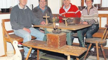 Die Mitglieder des Heimatdienstes Josef Seeger, Norbert Dolp, Josef Krumm und Brigitte Seitz (von links) im bürgerlichen Esszimmer. Auch eine alte Schaukelente von 1940 ist im Dirlewanger Heimathaus zu finden.