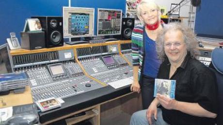Sind stolz auf die neue CD: Conny Singer und ihr Produzent Klaus-Jürgen Herrmannsdörfer im Tonstudio.