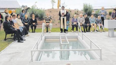 Pater Eli hat die neue Kneipp-Anlage in Dirlewang feierlich geweiht. Nach dem Festakt wagten sich zahlreiche Ehrengäste ins kalte Wasser und taten im Storchengang etwas für ihre Gesundheit.
