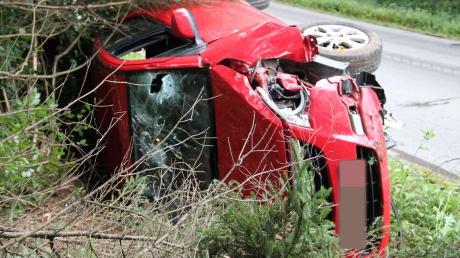 Unfall bei Apfeltrach. Auto überschlät sich im Wald.