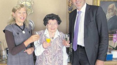 Von der Vitalität der 104-jährigen Maria Rimmel beeindruckt waren auch Landrat Hans-Joachim Weirather und Apfeltrachs Bürgermeisterin Karin Schmalholz.