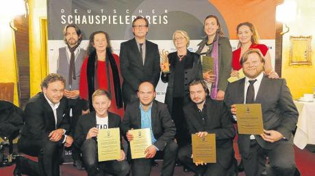 """Mit dem Ensemble der Krimireihe """"Polizeiruf 110: Schuld"""" ist Sarah-Lavinia Schmidbauer (hinten rechts) mit dem Deutschen Schauspielerpreis ausgezeichnet worden"""