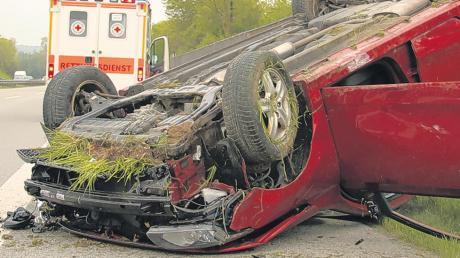 Die Fahrerin dieses Wagens wurde bei einem Unfall auf der A 96 schwer verletzt