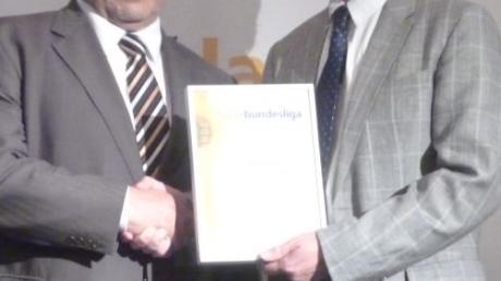 """Eppishausen belegt den fünften Platz in der """"Solarbundesliga"""" in Orten bis 5000 Einwohner. Bürgermeister Josef Kerler (links) nahm die Urkunde von Andreas Witt entgegen."""