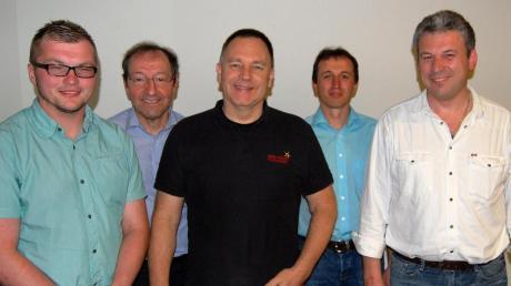 Die Aufsichtsratsmitglieder Martin Miller (vorn, von links), Gerhard Steber und Franz Holzmann erhielten für weitere drei Jahre das Vertrauen der Mitglieder. Damit können Vorstands-Vorsitzender Hubert Seitz (2. von rechts) und Aufsichtsratsvorsitzender Hermann Kerler (2. von links) ihre Arbeit zum Wohle der Dorfenergie eG fortführen.