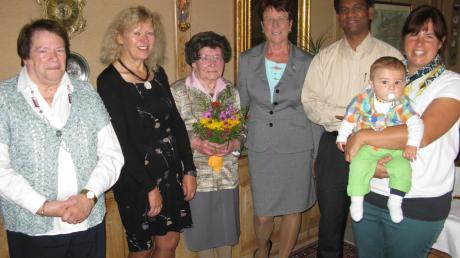 Das Haus war voller Gratulanten (v. links): Theresia Rimmel, Bürgermeisterin Karin Schmalholz, Jubilarin Maria Rimmel, die stellvertretende Landrätin Heidi Zacher, Pater Geesan und Andrea Rimmel mit Söhnchen Johannes.