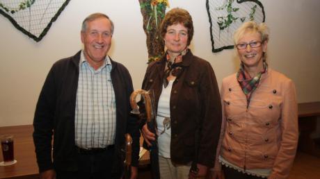 Georg Wissmiller und Maria Binzer (von links) wurden bei der Bürgerversammlung in Unteregg für 50-maliges Blutspenden geehrt. Bürgermeisterin Marlene Preißinger gratulierte.