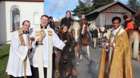 Mit dem Reliquiar des Heiligen Leonhard segnete Dekan Andreas Straub (Zweiter von links), unterstützt von Pater Geesan Ponthempilly (rechts) und Pfarrer Thomas Demel, die Rösser und ihre Reiter.