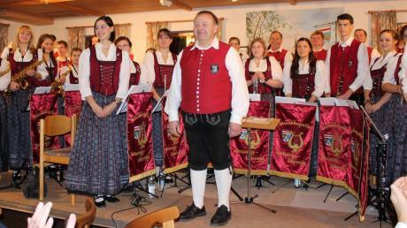 Dirigent Josef Fischer nahm nach 15 Jahren Abschied von der Musikkapelle Unteregg-Oberegg und dirigierte ein famoses letztes Jahreskonzert. Julia Gleich (ganz rechts) leitete die Kapelle bei drei Stücken.