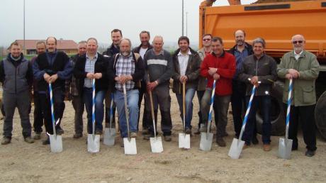 Über den Spatenstich zur Fundushalle freuten sich die Initiatoren Albert Rogg (Vierter von links) und Siegmar Glogger (Achter von links) sowie Bürgermeister Alfons Biber (rechts) und die Vertreter der Vereine und örtlichen Firmen.