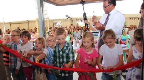 Die Vorschulkinder des Kindergartens St. Georg hatten die Ehre, das symbolische Band am Eingang zu durchschneiden und die neuen Räume in Breitenbrunn für die Bevölkerung offiziell zu eröffnen.