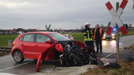 Glück im Unglück hatte der Fahrer dieses Pkw, der nach einer Kollision mit einem Zug nur leicht verletzt wurde.
