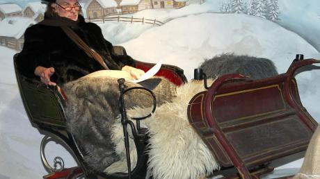 """Das Atelier Fleschutz in Breitenbrunn zeigt derzeit Peter Roseggers Geschichte """"Als ich Christtagsfreude holen ging"""". Dabei sitzen die Zuschauer nicht vor einer Bühne, sondern begeben sich selbst von Szene zu Szene. Etwa der, in der Schlossherr Wachtler (Herbert Fleschutz) in seiner mit edlen Pelzen ausgestatteten Kutsche steigt (links) oder der, in der der Holzhändler Spreizegger (Lorenz Zanker) Peter (Philipp Dubowy) nur einen Bruchteil des erwarteten Geldes gibt (rechts)."""