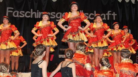 In ihren feuerroten Kostümen beeindruckten die Gardemädels in Breitebrunn schon beim Marsch. Später, bei der Showeinlage tauschten sie die kurzen Röcke gegen fantasievolle Kostüme.