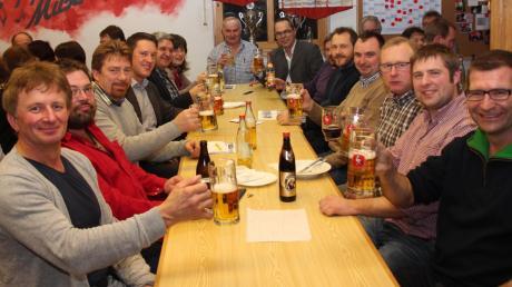 Bürgermeister Jürgen Tempel (hinten rechts) bedankte sich beim Neujahrsempfang der Vereine und Gruppen bei allen Ehrenamtlichen. Gemeinsam mit dem Gemeinderat stieß er auf ein abwechslungsreiches Jahr in der Gemeinde an.