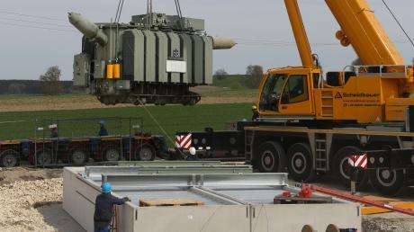Zwischen Breitenbrunn und Schöneberg entsteht ein Umspannwerk – nun wurde der Transformator geliefert.