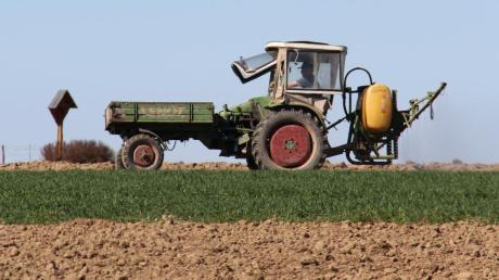 Während Markus Hemmerle Gülle ausfährt, spritzt sein Vater ein paar Felder weiter den Weizen, der bereits im Winter gesät wurde.