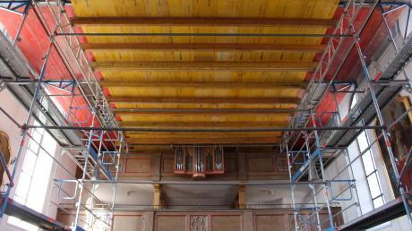 Ein Gerüst stützt die Pfarrkirche in Breitenbrunn. Es steht darin, seit am Volkstrauertag 2013 mitten im Gottesdienst ein Stück von der Decke gebrochen war.