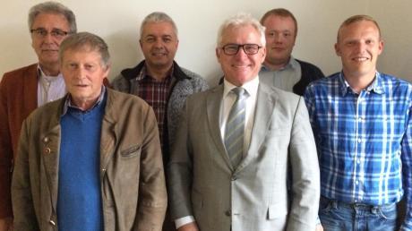 Neuwahlen im Ortsvorstand der CSU Dirlewang. Die bisherigen Stellvertreter Josef Biber (2. von links) und Franz Rimmel (nicht im Bild) gaben ihre Posten an Anton Mayer (3. von links), Albert Bögle (rechts) und Robert Schaule (2. von rechts) ab. Ortsvorsitzender Rudolf Jackel (3. von rechts) wurde für weitere zwei Jahre gewählt, ebenso Schriftführer Josef Rauch (links).