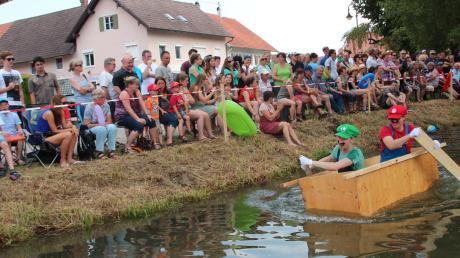 Viel Spaß hatten die Zuschauer am Ufer des Mühlbachs beim zweiten Dirlewanger Sautrogrennen.