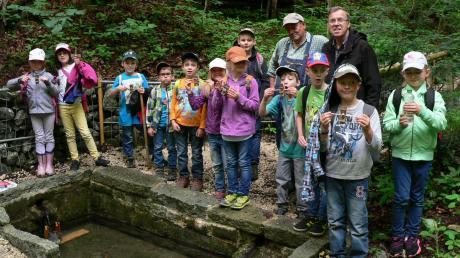 """Der Natur auf der Spur waren die Grundschüler aus Dirlewang. Bei der Projektwoche unter dem Motto """"Wir hier!"""" machte sich eine Gruppe zum Beispiel auf zur Kammelquelle."""