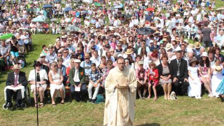 Fast das ganze Dorf war auf den Beinen: Martin Schmid feierte am Sonntag sein erstes Messopfer gemeinsam mit vielen Gläubigen am Sportplatz seiner Heimatgemeinde Oberrieden.