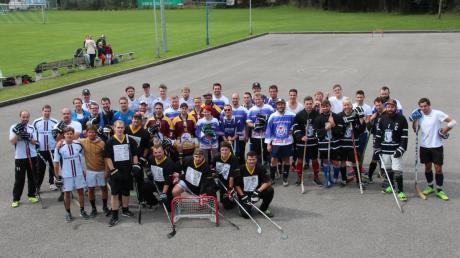 """Neun Mannschaften traten in Dirlewang beim traditionellen Fieselturnier des Freizeitclubs Dirlewang gegeneinander an. Das """"Team Allgäu"""" gewann den Streethockey-Wettkampf."""