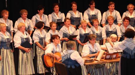 """Der Unterallgäuer Bäuerinnenchor feierte das 40-jährige Jubiläum mit einem großen Festakt. Nicht nur zahlreiche Zuhörer waren ins Haus der Vereine nach Breitenbrunn gekommen, sondern auch die beiden """"Patenkinder"""" und Gastchöre aus Aichach-Friedberg und Augsburg."""