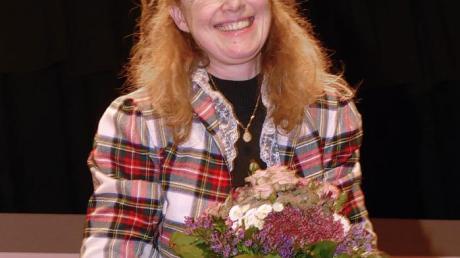 Blumen gab es als Dankeschön für Theresia Renelt. In Breitenbrunn gab die Pianistin ein Benefizkonzert zugunsten der Kirche. Mit ihrem Spiel begeisterte sie ihr Publikum restlos.