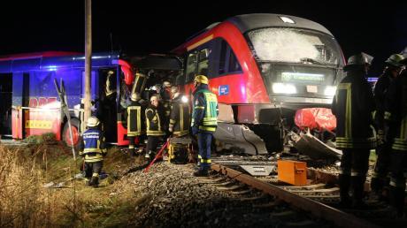 Bei einem Zusammenstoß in Breitenbrunn sind am Freitagabend zwei Personen schwer verletzt worden. Die Fahrerin eines Linienbusses hatte den Zug übersehen.