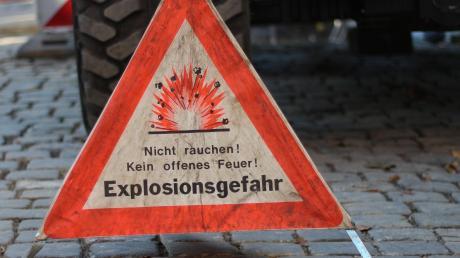 Experten des Kampfmittelräumdienstes mussten in Ettringen Reste einer Weltkriegsbombe bergen.