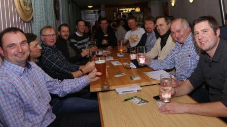 Bürgermeister Jürgen Tempel (3. von rechts) wurde beim Neujahrsempfang im Gasthaus Neue Welt in Bedernau vom Gemeinderat eingerahmt. Bei bester Stimmung bedankte er sich bei allen Vereinsvertretern für ihren Einsatz.