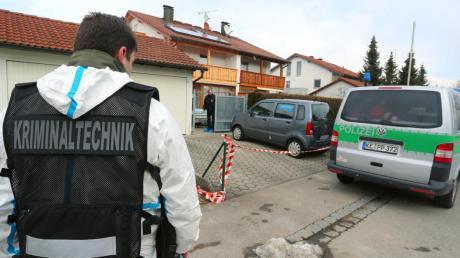 Kriminaltechniker untersuchten gestern nach der Schießerei in Wiedergeltingen die Umgebung des Doppelhauses.