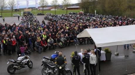 Auf dem Gelände der Fahrschule Gleich in Altensteig bot sich wieder ein imposantes Bild: Rund 300 Biker waren zur jährlichen Motorradsegnung gekommen.