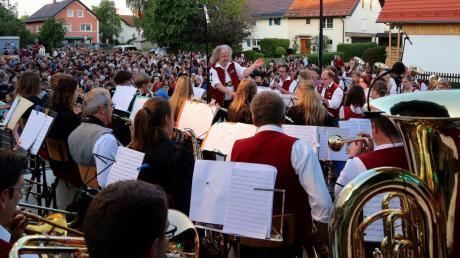 Die Dirlewanger Rocknacht lockte zahlreiche Zuhörer auf den Vorplatz der Hirschbrauerei. Dirigent Klaus-Jürgen Herrmannsdörfer servierte mit seinem Orchester ein rockiges Open-Air-Sommerkonzert auf höchstem Blasmusikniveau.