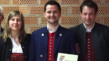 Stefan Jörg (4. von links) wurde für seine zehnjährige Vorstandsarbeit in der Jugendkapelle Dirlewang ausgezeichnet. Dirigentin Melanie Maria Warschun (von links), Ehrenvorsitzender Rudolf Jackel sowie die drei Vorsitzenden Barbara Singer, Michael Lutzenberger und Michael Rogg bedankten sich für sein Engagement.