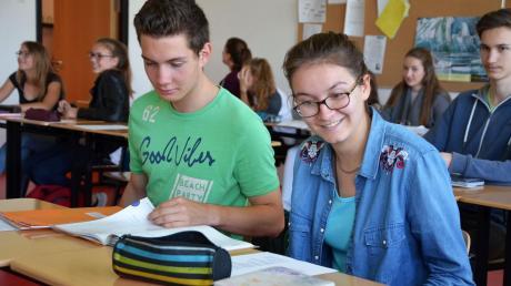 Alexander Meier aus Amberg und seine französische Gastschülerin Sibylle Papot gemeinsam im Unterricht im Buchloer Gymnasium.