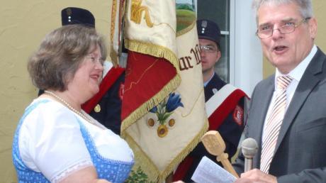 Ambergs Bürgermeister Peter Kneipp überreichte den symbolischen Schlüssel für das Gebäude an Susanne Kindlmann.