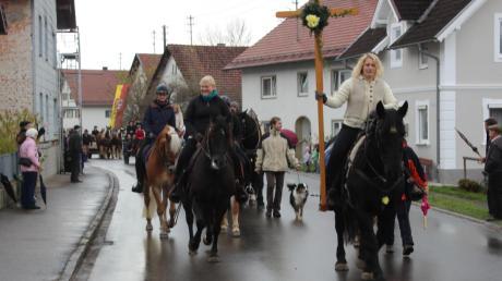 Nicht nur die mehr als 40 Pferde, sondern natürlich auch ihre Reiter und zahlreiche Schaulustige trotzten dem Wetter und durchquerten beim traditionellen Leonhardiritt zweimal Apfeltrach. Pater Geesan Ponthempilly spendete den Segen.