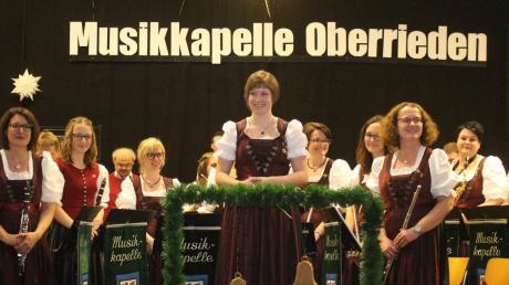 Dirigentin Marina Beer und ihre Musikkapelle Oberrieden machten den Gästen wieder ein klingendes Weihnachtsgeschenk: Beim Jahreskonzert bewiesen sie, wie vielfältig Blasmusik sein kann.