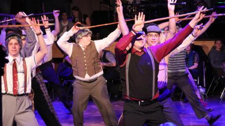 """Noch lange nicht zum """"alten Eisen"""" gehören die Mitglieder des Elferrates – auch wenn sie bei ihrer Aufführung als vermeintlich gebrechliche Männer auf die Bühne traten. Das Publikum bedankte sich mit tosendem Applaus."""