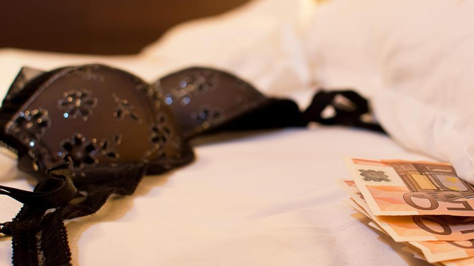 Ein mann stand in Augsburg vor Gericht, weil er zwei Mädchen für Sex bezahlt hat.