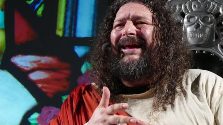 """""""Roch'n'Roll-Jesus"""" heißt das neue Programm von Bembers. Der fränkische Comedian nimmt dabei nicht nur die Kirche aufs Korn. In Mindelheim tritt Bembers am Donnerstag, 16. Februar, auf."""