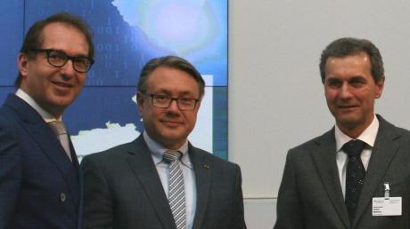 Minister Alexander Dobrindt übergab in Berlin im Beisein von Georg Nüßlein den Förderbescheid an Bürgermeister Robert Wilhelm (von links).
